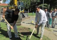 Кметът Иван Тотев (вдясно) направи първата копка за ремонта. Снимка: Aspekti.info