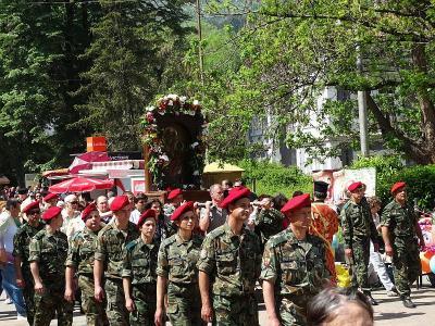 В литийното шествие с иконата се включиха стотици хора.  Снимка: Община Асеновград
