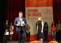 """Стипендиите бяха връчени по време на официалната церемония от Филип Угринов, вицепрезидент """"Маркетинг, продажби и бизнес решения"""" на компанията. Снимка: TELUS International"""