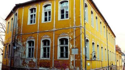 Днес Жълтото училище е част от сградния фонд на АМТИИ и е в окаяно състояние.  Снимка: АМТИИ