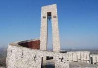 """Мемориалът е открит през 1976 г. за 100-годишнината от Априлското въстание. <p>Снимка: <a href=""""http://www.perushtitsa.bg"""" target=""""_blank"""">Община Перущица</a></p>"""