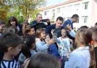 Малчуганите наобиколиха кмета Тотев за снимки и автографи. Снимка: Община Пловдив