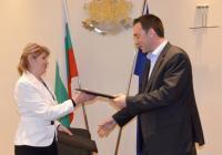 Бургаският кмет Димитър Николов и министър Нона Караджова подписаха договора за изпълнение на проекта.