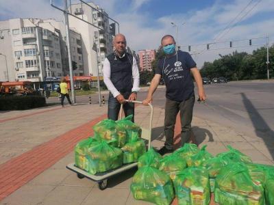 """По инициатива на Костадин Димитров (на снимката - вляво) в район """"Тракия"""" бе създадена хранителна банка в помощ на семейства, изпаднали в затруднение.  Снимка: Район """"Тракия"""""""