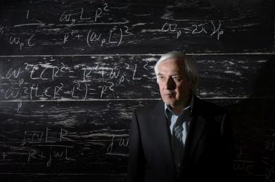 """""""Формулата на Тео"""" проследява живота на златния физик на България – Теодосий Теодосиев, който създава уникалния за света Метод за формиране на силов интелект.   Снимката е предоставена от """"Сердика Център"""""""