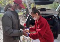 Всяка събота и неделя бездомните хора получават топла храна. Снимка: БЧК