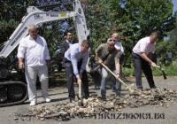 Кметът на Стара Загора Живко Тодоров и инж. Евгени Стойков направиха първата копка. Снимка Община Стара Загора