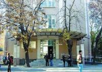 Списъците с индивидуалните номера на кандидат-студентите са изнесени на табла пред сградата на Ректората. Снимка newsmaker.bg (архив)