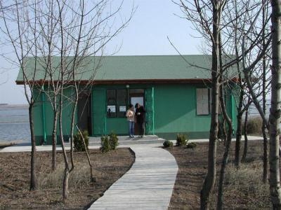 Зелената къщичка е на самия бряг на Атанасовското езеро.  Снимка Община Бургас