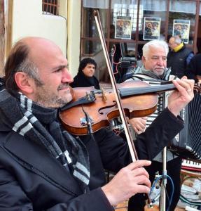 На акордеониста Нешко Нешев ще акомпанира виртуозният цигулар Недим Налбантоглу.