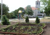 Обучени озеленители вече изпълняват практически задачи и оформят нови зелени пространства в с. Рудник.  Снимка Община Бургас