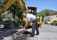 Кметът възобнови строителството на замразения обект със символична копка. Снимка Община Сливен