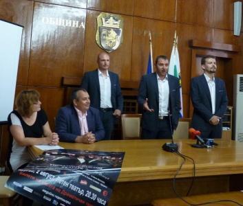 Триото демонстрира гласови способности дори на пресконференцията в общината.  Снимка Община Бургас