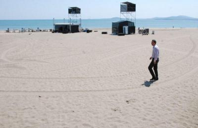 Кметът Димитър Николов лично се убеди на място, че плажът е почистен.  Снимка Община Бургас