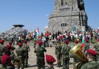 Всяка година на славния връх се събират хиляди, за да почетат подвига на предците. Снимка Иван Иванов - Wikipedia