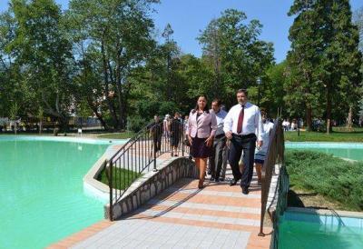 Министър Павлова изрази увереност, че обновената градска среда ще направи града по-привлекателен за инвеститори.  Снимка МРРБ