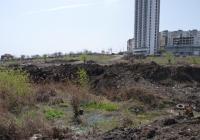 На мястото на пресушеното вече блато, в което години наред се вливаха отходните води на комплекса, ще бъде изграден комплекс с басейн и зони за спорт.