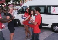 Доброволци раздаваха брошури и пезервативи. Снимка Община Бургас