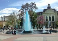 Вече цяла седмица на площада пред сградата на общината в Пловдив тече синя вода.