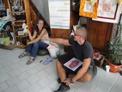 """Яна и Нако Цветкашки творят в """"Ръкоделницата"""".  Снимка Aspekti.info"""