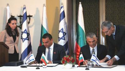Споразумението подписаха министър Ивайло Московски и израелският министър на съобщенията Моше Кахлон.  Снимка МТИТС