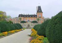Дворецът впечатлява с уникалната си архитектура и прекрасния парк.