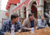 Андрей Мостренко, Николай Боклан и Владимир Цивински (отляво надясно) споделиха мисли за това колко е трудно и хубаво да правиш театър. Снимка Aspekti.info