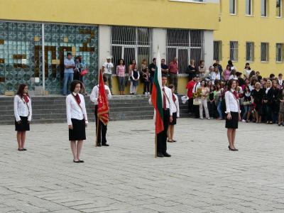 По традиция церемонията започна с посрещане знамето на училището.  Снимка Общински съвет - Пловдив